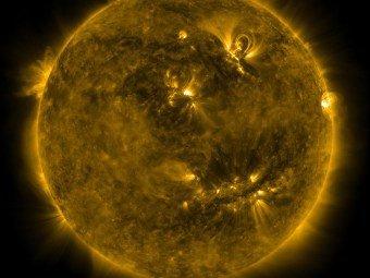 Астрономы обнаружили на Солнце гигантский смайлик