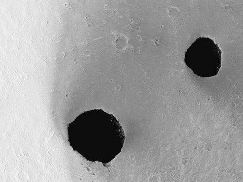 Аппарату Mars Reconnaissance Orbiter далось получить детальные изображения гигантских ям на поверхности Марса