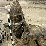 Археологи востанавливают статую Аменхотепа III и царицы Тии