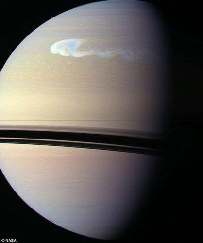 Гиганский ураган, с пол Земли, бушует на Сатурне