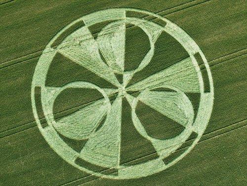 На поле возле Стоунхенджа появился огромный круг