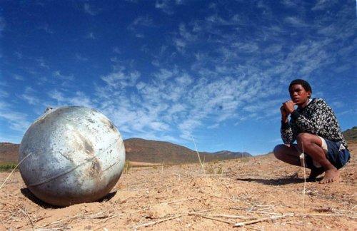 Странные металлические шары падают с неба