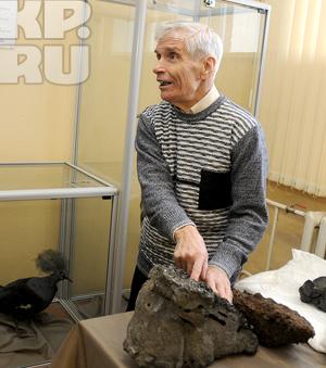74-летний Юрий Баринов, экс-учитель географии, принес в Кемеровский госуниверситет два необычных предмета, упавших с неба
