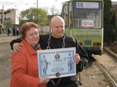 Галицкий богатырь протащил трамвайный вагон зубами больше чем на 6 метров