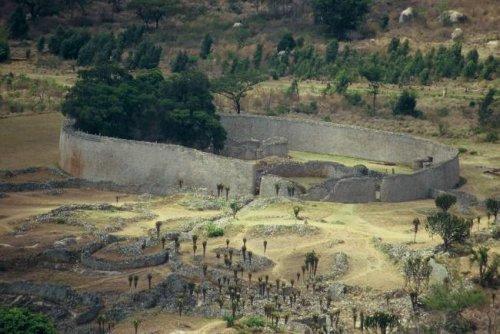 Большое Зимбабве - заброшенная цитадель карликов.
