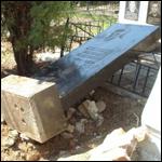 На кладбище мужчина сошел с ума