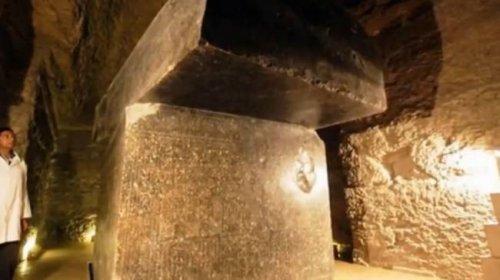 Гигантские  мегалиты вблизи пирамид