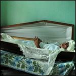 Мужчина 23 года спит в гробу, чтя память погибшего друга