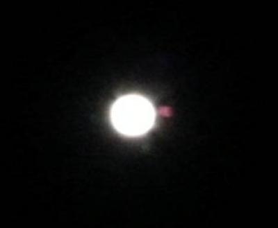 Красноватый объект в виде шара устроил «танцы» во время «кровавого» лунного затмения