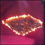 Странный, квадратной формы, огонь сжег в лондонском магазине диван