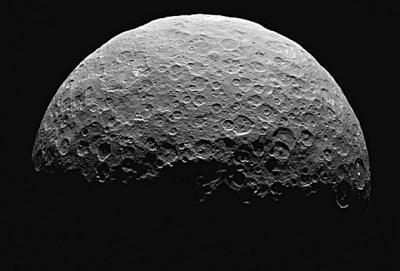 Получены новые снимки таинственных белых пятен на Церере