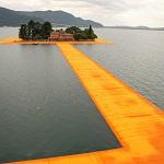На озере Изео в Италии положили водные дорожки имитирующие хождение по воде