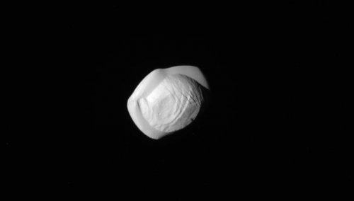 Снимки показали, что спутник Сатурна похож на пельмень