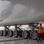 Самый большой  самолет в мире самолет вывели из ангара в Калифорнии