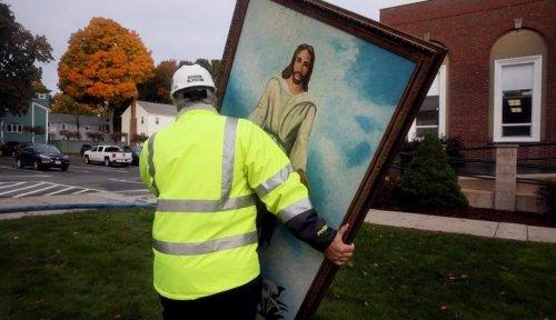 Картина с Иисусом уцелела в огне при сильном пожаре