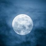 У Луны есть хвост, который Земля «носит» раз в месяц, как шарф